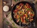 Рецепта Пържено пиле на тиган със соев сос и зеленчуци - червени и жълти чушки, пресен лук, зелен боб
